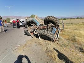 Tarım işçilerini taşıyan traktör kamyonla çarpıştı: 2 ölü, 6 yaralı